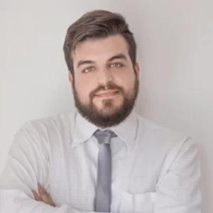 Ragazzo con barba camicia e cravatta
